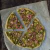 Video-opskrift: Pizza med rosenkål og syltede rødløg