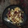 Opskrift: Pasta med champignoner og karamelliserede rødløg