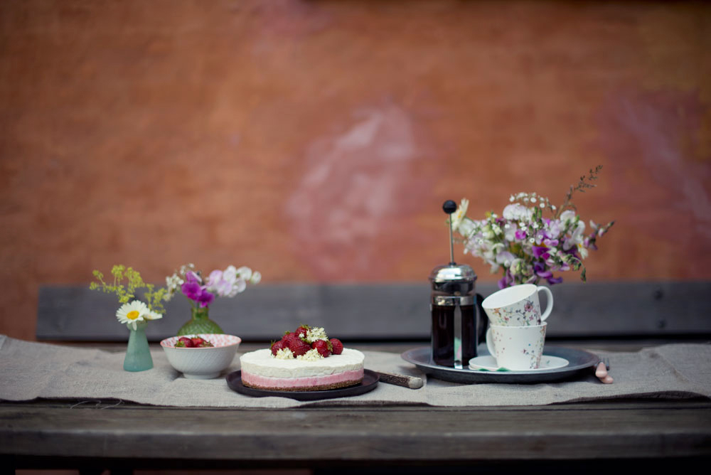 Opskrift: Frozen cheesecake med jordbær og hyldeblomst   Frk. Kræsen