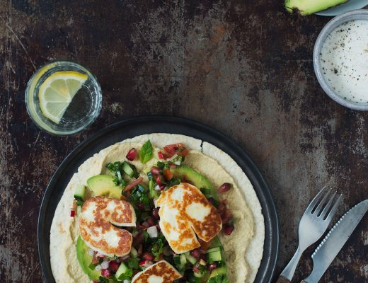 Opskrift: Wraps med hummus, fatoush og stegt halloumiost | Frk. Kræsen