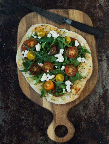 Opskrift: Hvid pizza med rucola, tomat og feta   Frk. Kræsen