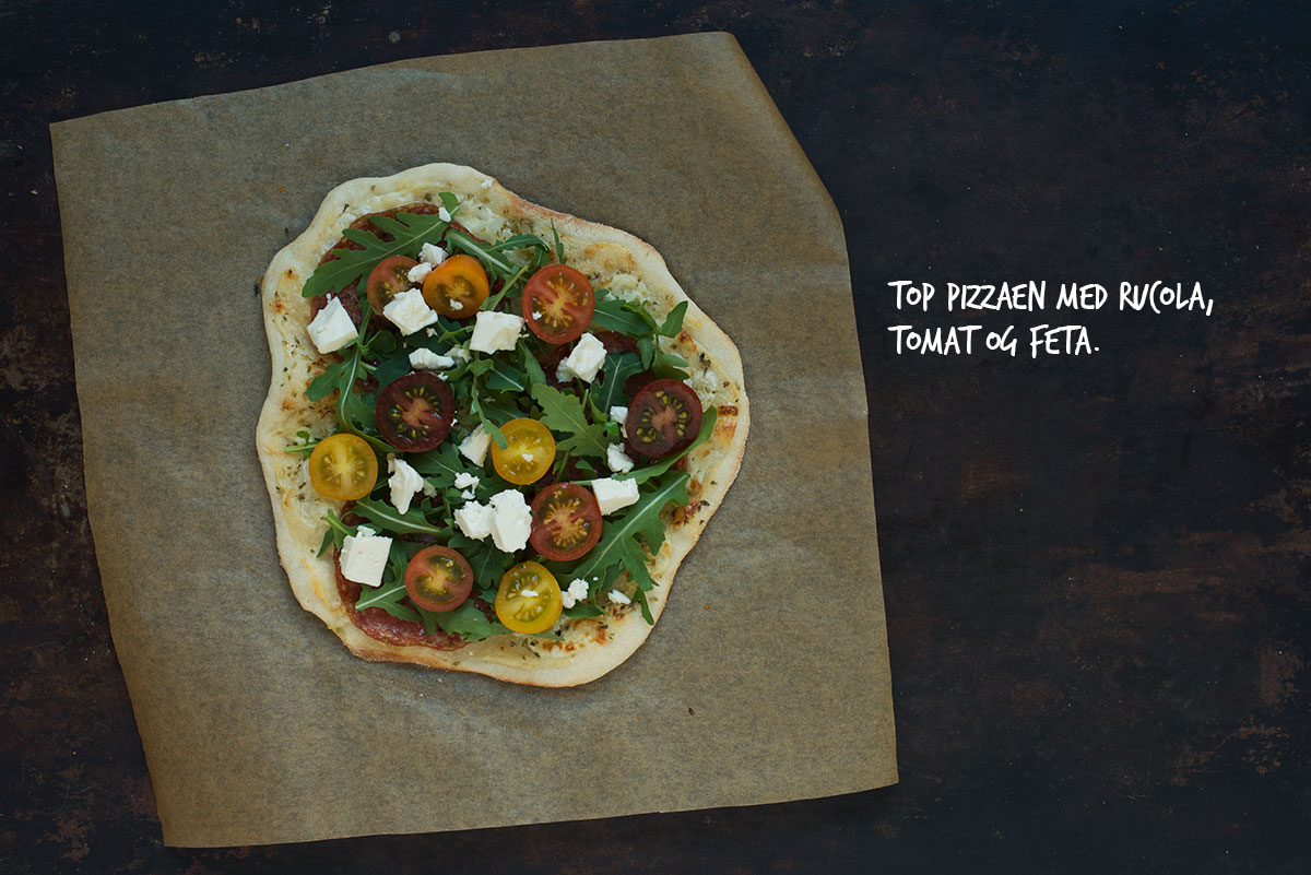 Opskrift: Hvid pizza med rucola, tomat og feta | Frk. Kræsen