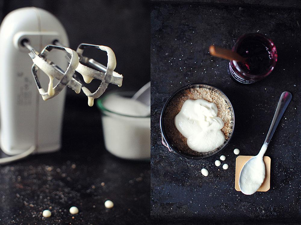 Opskrift: Frozen cheesecake med solbærsyltetøj | Frk. Kræsen