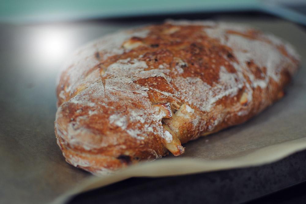 Opskrift: Surdejsbrød med æble og valnødder | Frk. Kræsen