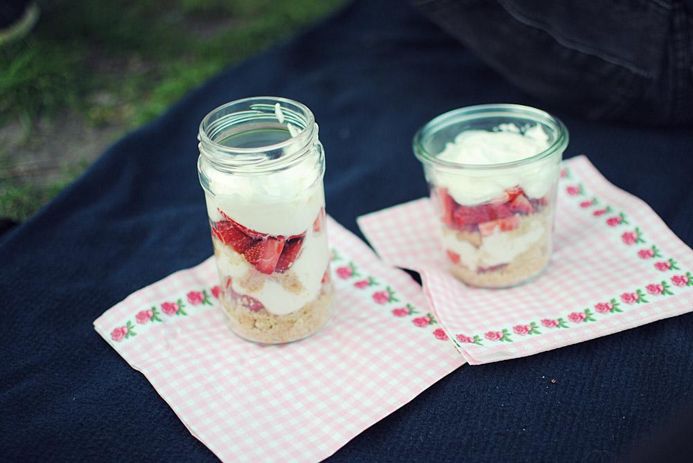 Opskrift: Nem cheesecake i glas med jordbær | Frk. Kræsen