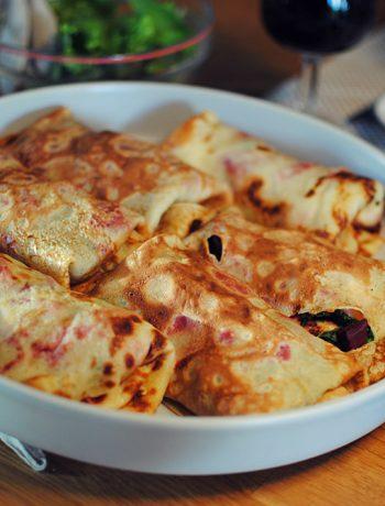 Opskrift: Fyldte pandekager med spinat, rødbede og gedeost