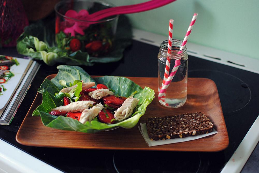 Opskrift: Salat med spidskål, jordbær og makrel | Frk. Kræsen