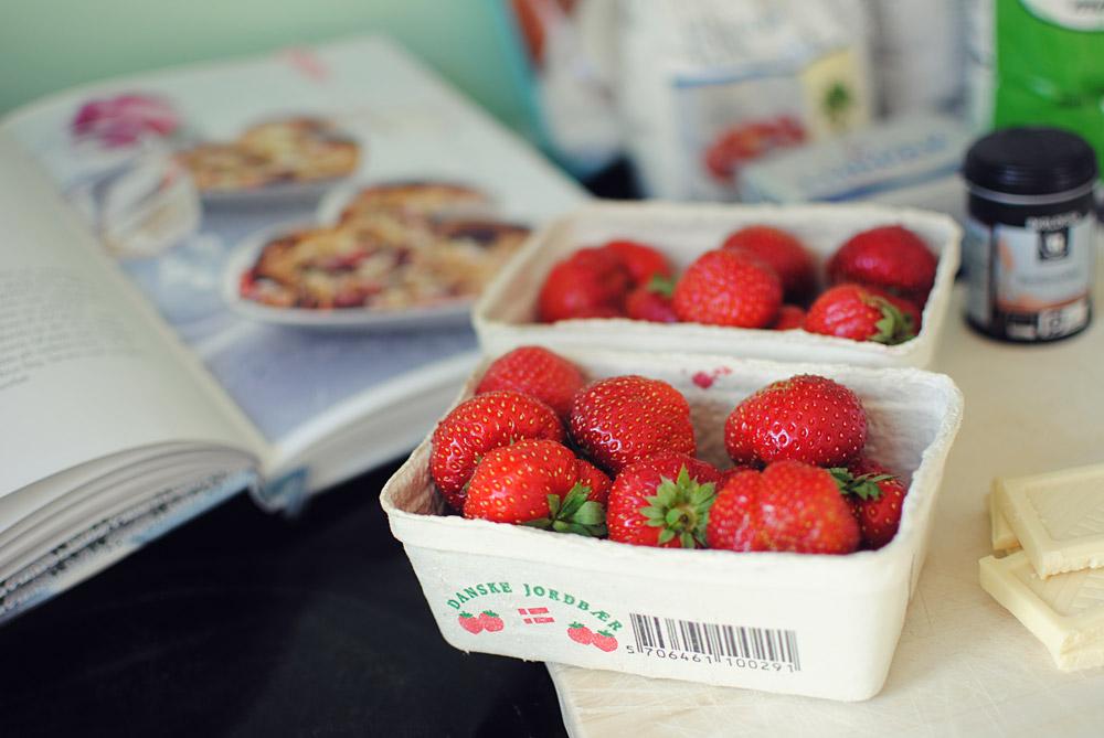 Opskrift: Crumble med jordbær og hvid chokolade | Frk. Kræsen
