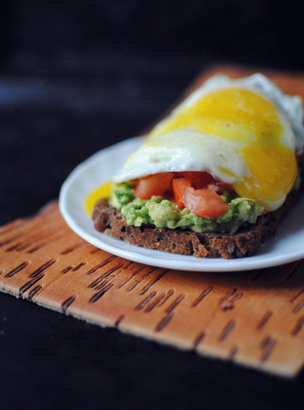 Opskrift: Rugbrød med avocado og æg | Frk. Kræsen