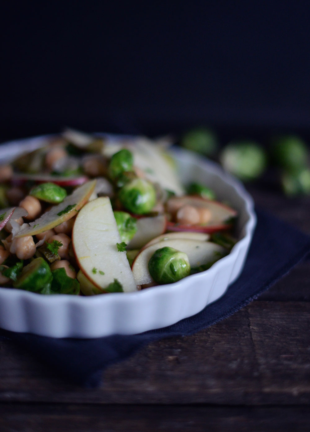 Opskrift: Salat med kikærter, æble og rosenkål | Frk. Kræsen