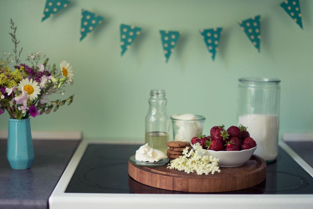 Opskrift: Frozen cheesecake med jordbær og hyldeblomst | Frk. Kræsen