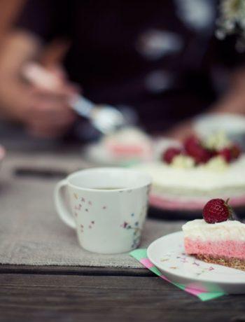 Opskrift: Frozen cheesecaked med jordbær og hyldeblomst | Frk. Kræsen