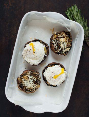 Opskrift: Fyldte portobellosvampe med porcheret æg