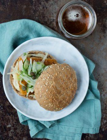 Opskrift: Fiskeburger med paneret torsk og fennikelsalat | Frk. Kræsen