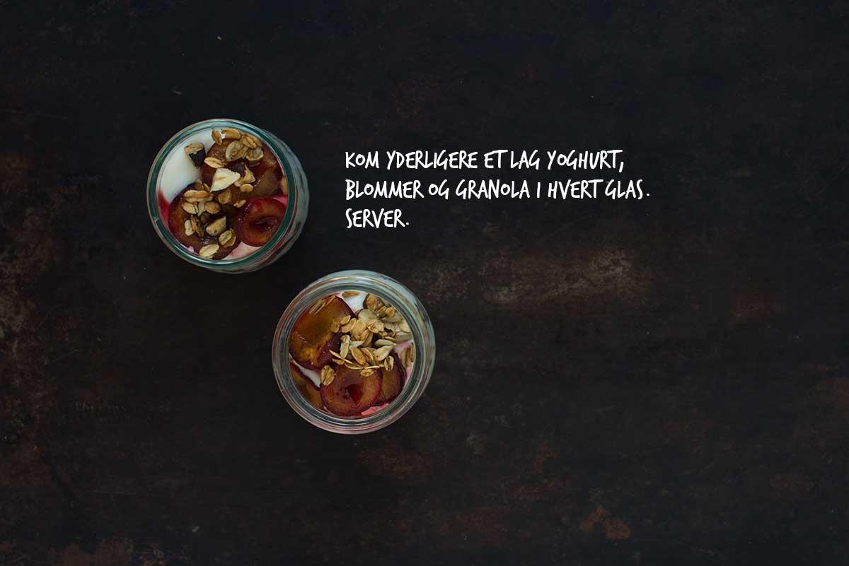 Opskrift: Morgenmadstrifli med græsk yoghurt og bagte blommer | Frk. Kræsen