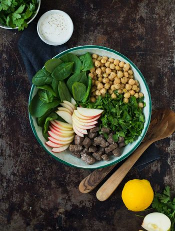 Opskrift: Kikærtesalat med æble og lynstegt oksekød | Frk. Kræsen