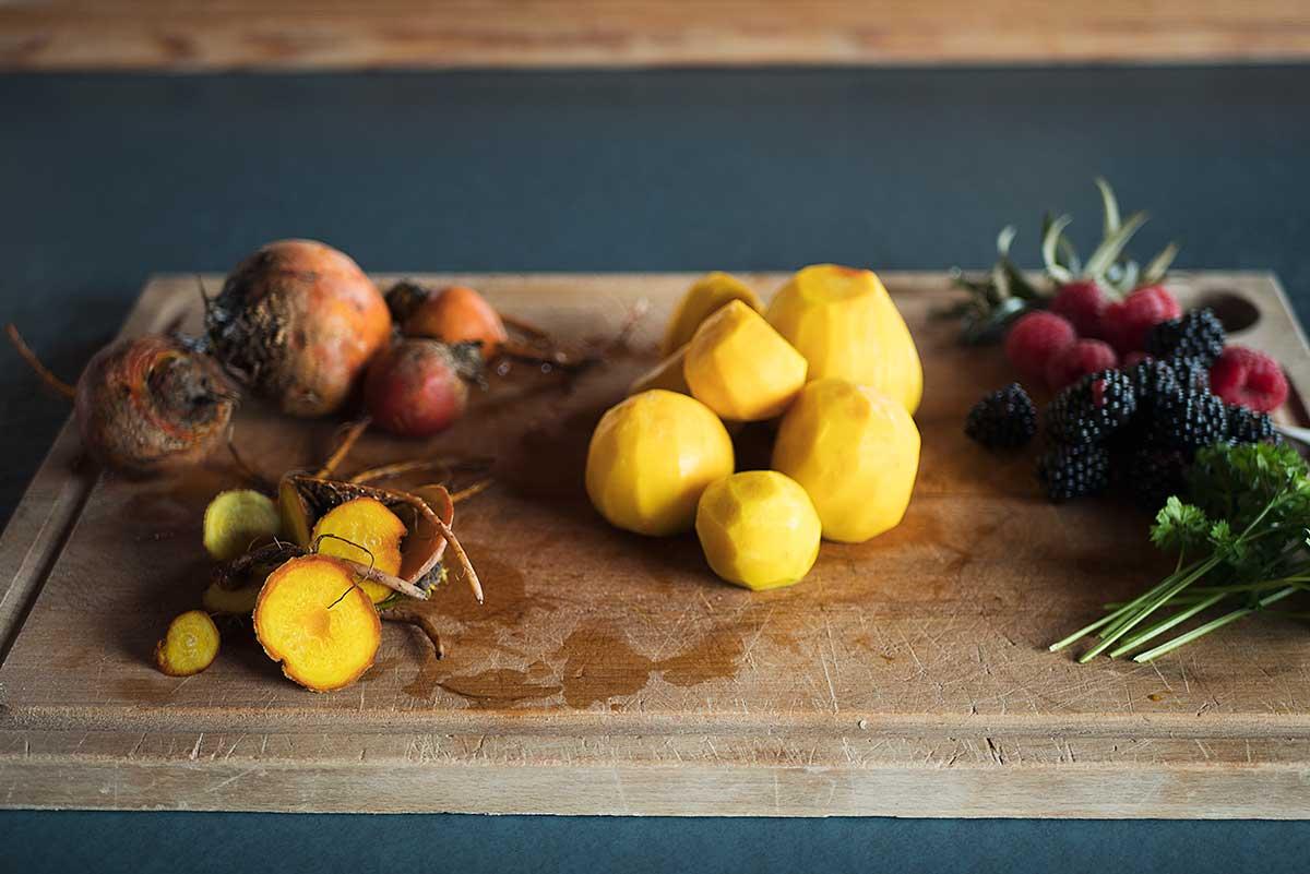 Opskrift: Salat med stegte rødbeder og friske bær | Frk. Kræsen