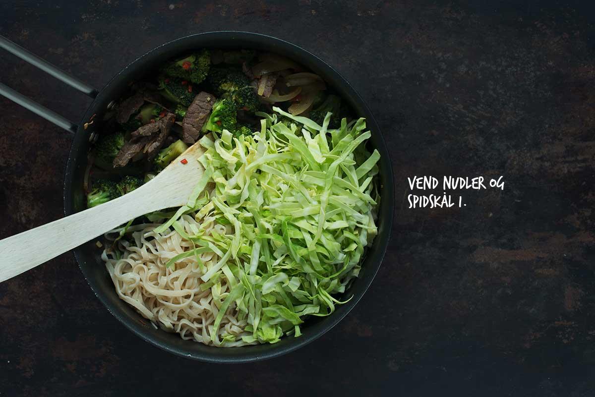 Opskrift: Nudler med broccoli, kål og oksekød | Frk. Kræsen