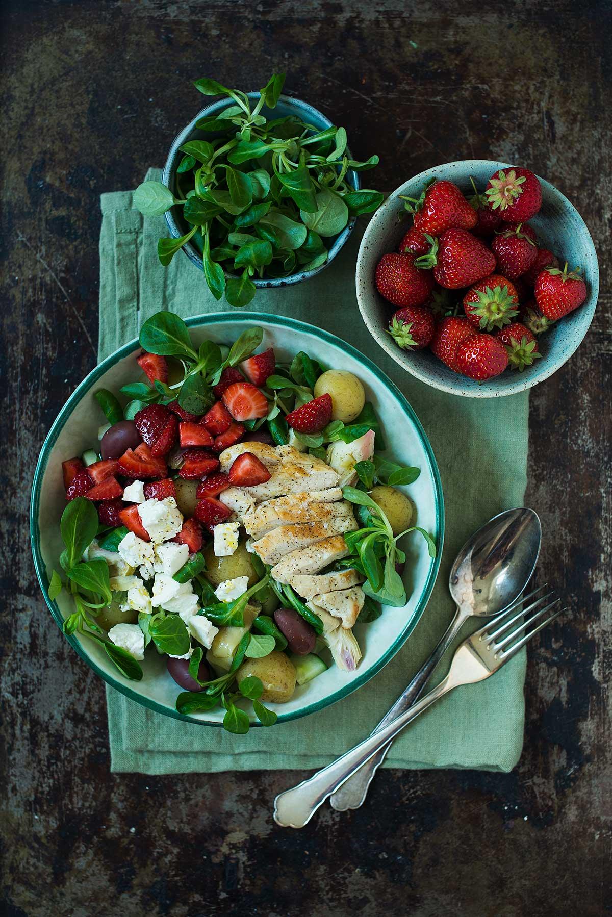 Opskrift: Salat med kylling, nye kartofler og jordbær | Frk. Kræsen