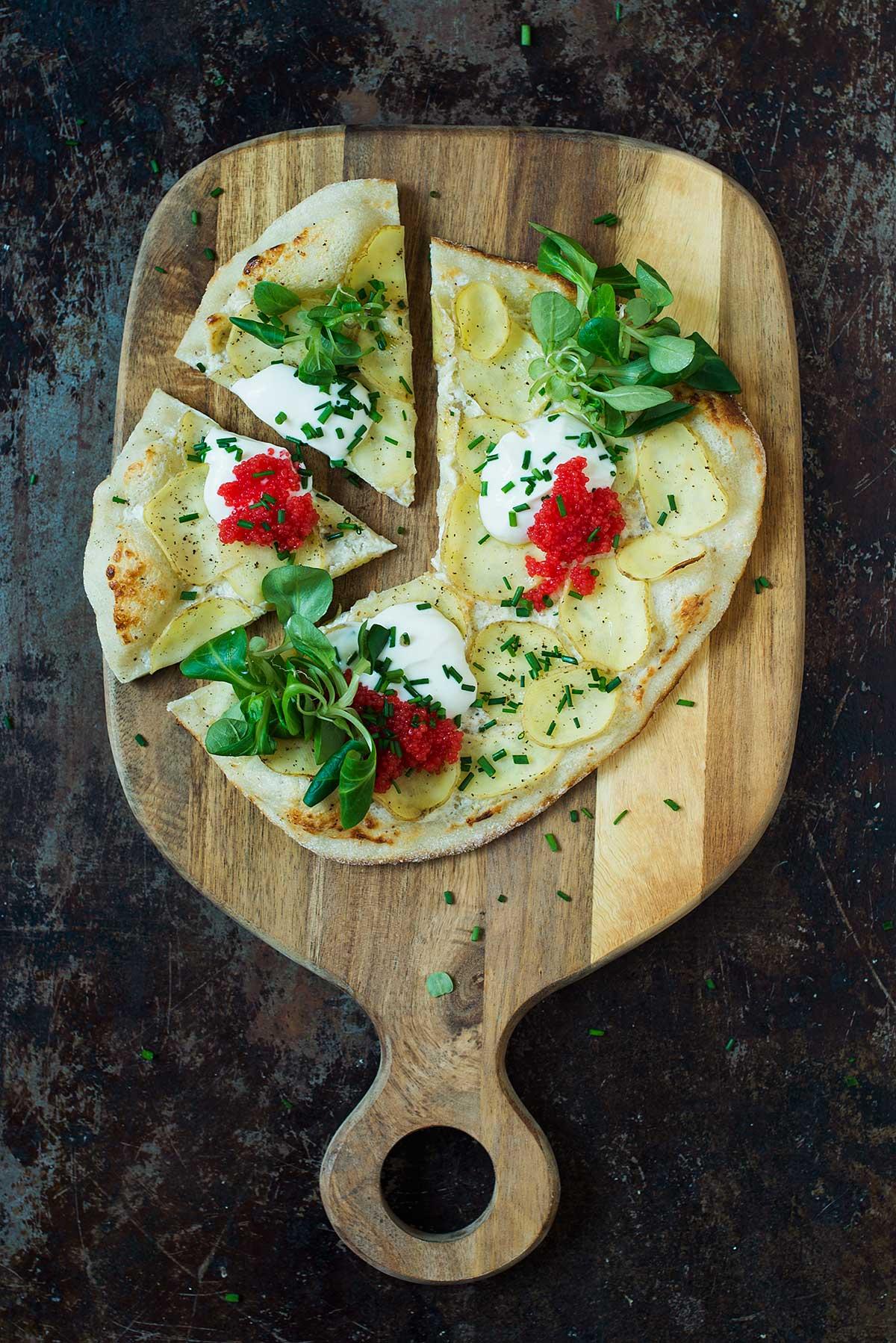 Opskrift: Pizza med kartofler, creme fraiche og tang-kaviar | Frk. Kræsen