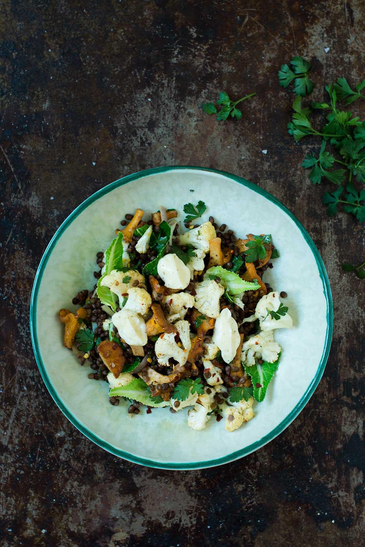 Opskrift: Salat med linser, blomkål og kantareller | Frk. Kræsen