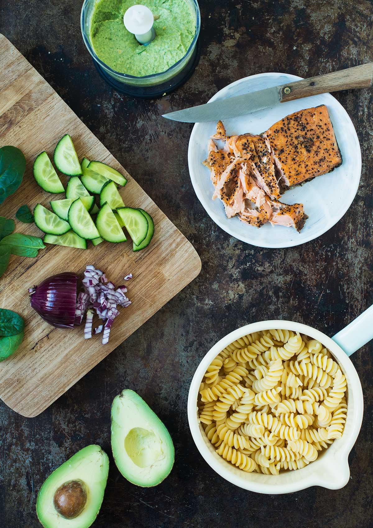 Opskrift: Pastasalat med varmrøget laks | Frk. Kræsen