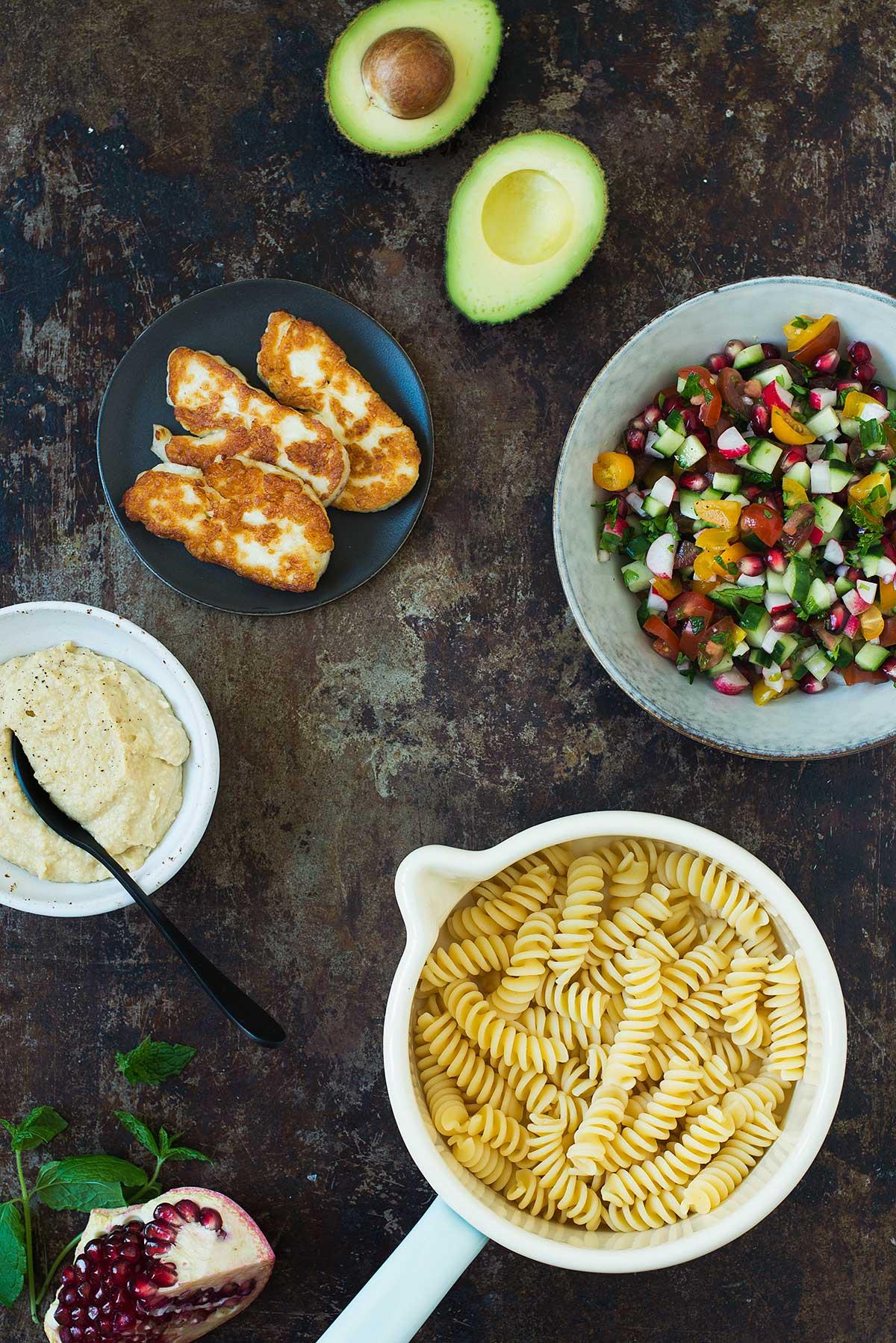 Opskrift: Pastasalat med halloumiost og hummus | Frk. Kræsen