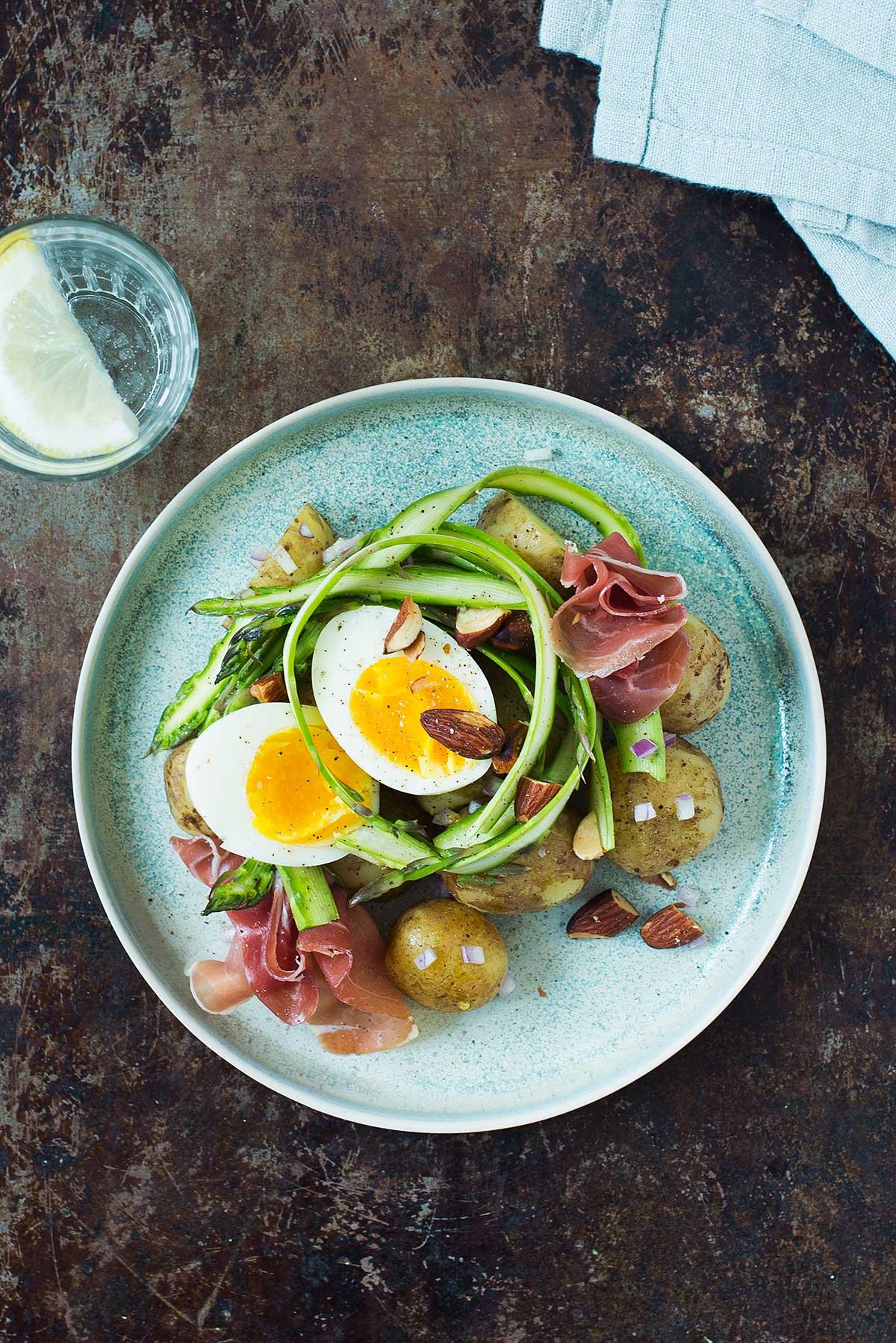 Opskrift: Nye kartofler med grønne asparges og parmaskinke | Frk. Kræsen